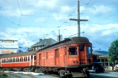 1950 年停在 Chilliwack 總站前的列車車頭是貨卡。(City of Richmond Archives)