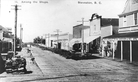 1909 年 Steveston 的 Moncton Street 西望一景。(City of Richmond Archives)